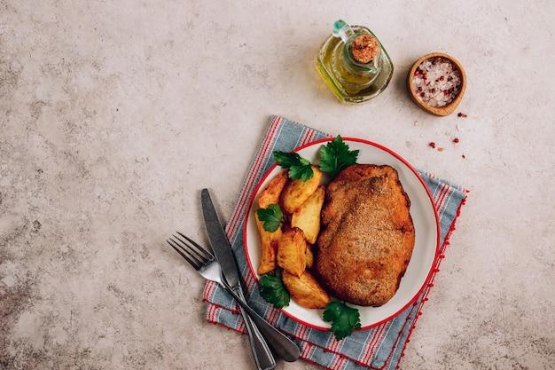 Domowy panierowany kurczak faszerowany serem i ziemniakami