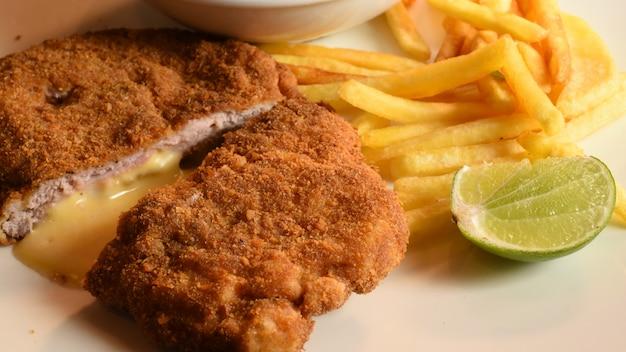 Domowy panierowany niemiecki weiner schnitzel z sałatką