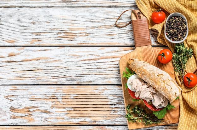 Domowy pasztet z wątróbek drobiowych z ziołami na pieczywie ciabatta, kanapka