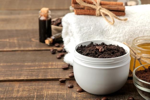 Domowy peeling kawowy w białym słoiczku do twarzy i ciała oraz różne składniki do wykonania peelingu. spa. kosmetyki. kosmetyki pielęgnacyjne