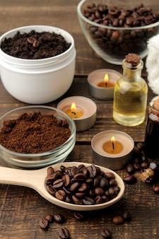 Domowy peeling kawowy w białym słoiczku do twarzy i ciała oraz różne składniki do wykonania peelingu.