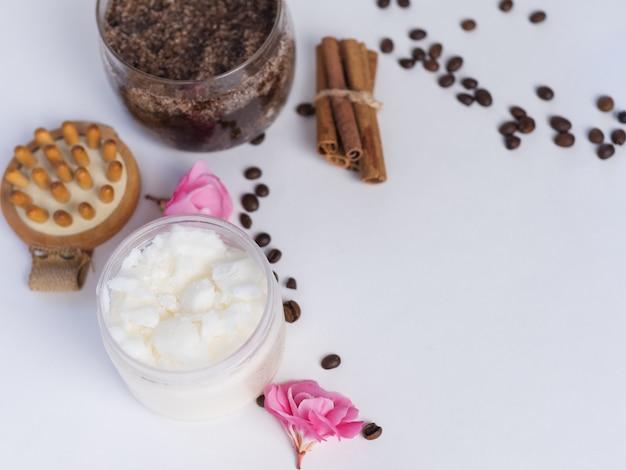 Domowy peeling kawowy z cukrem i olejem kokosowym