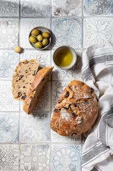 Domowy pełnoziarnisty chleb śródziemnomorski z oliwkami i oregano