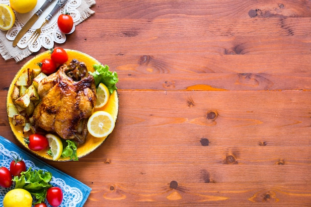 Domowy pieczony kurczak z cytryną i ziemniakami