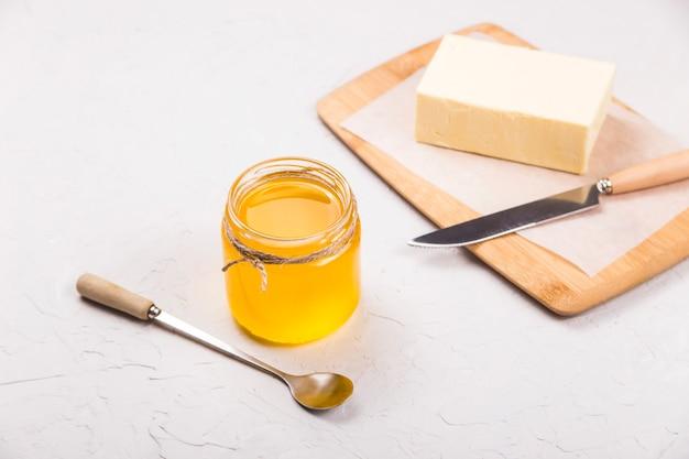 Domowy płynny ghee lub klarowane masło w