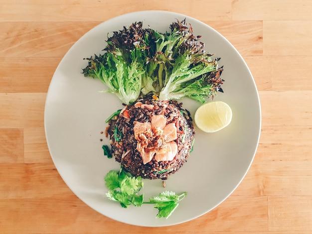 Domowy posiłek z menu jagód ryżowych podawany na drewnianym stole