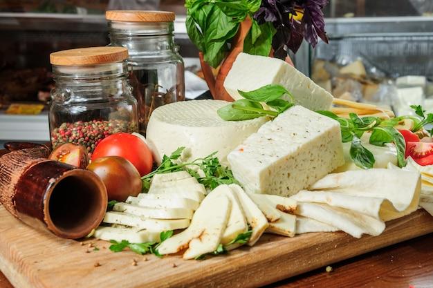 Domowy przepis na świeży gruziński ser z ziołami estragon