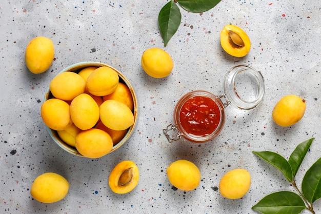 Domowy pyszny dżem morelowy ze świeżymi owocami moreli.