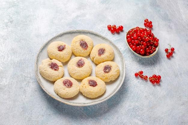Domowy, rustykalny dżem z czerwonych porzeczek wypełniający ciasteczka kokosem