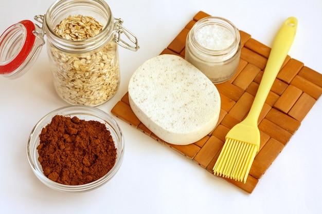 Domowy salon spa, biszkopt, kawa, sól morska i płatki owsiane do robienia kosmetyków, układanie na płasko