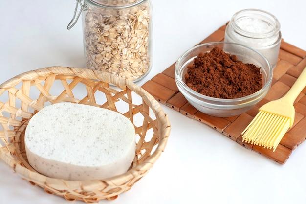 Domowy salon spa, biszkopt, kawa, sól morska i płatki owsiane do robienia kosmetyków