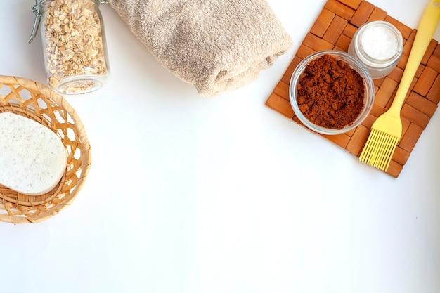 Domowy salon spa, gąbka, ręcznik, kawa, sól morska i płatki owsiane do robienia kosmetyków, układanie na płasko, miejsce na kopię
