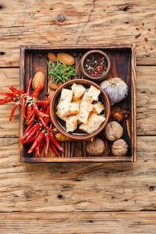 Domowy ser feta z ziołami