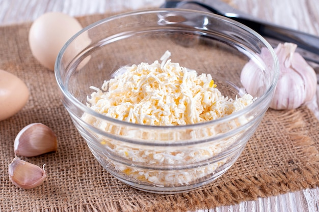 Domowy ser i sałatka jajeczna w szklanej misce
