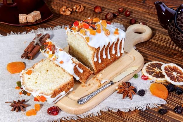 Domowy sernik z kandyzowanymi owocami i cukrem pudrem