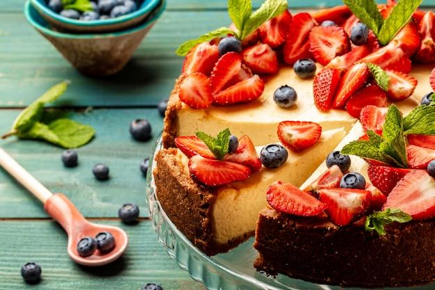 Domowy sernik ze świeżymi jagodami i miętą, zdrowy organiczny sernik letni deser