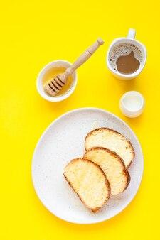 Domowy słodki chleb z miodem na talerzu i filiżankę kawy