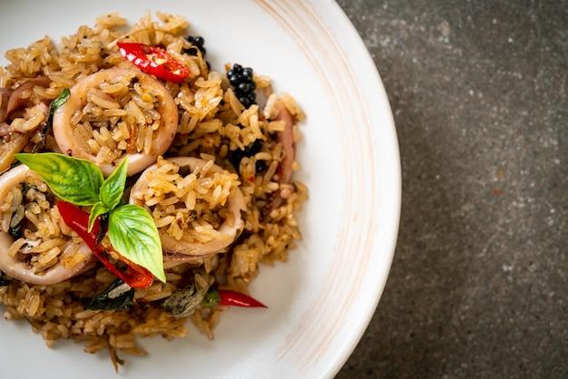 Domowy smażony ryż z bazylią i pikantnymi ziołami z kalmarem lub ośmiornicą - azjatyckie jedzenie