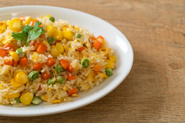 Domowy smażony ryż z mieszanką warzyw (marchew, groszek, kukurydza) i jajkiem