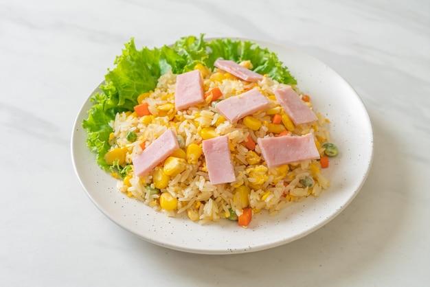 Domowy smażony ryż z szynką i mieszanką warzyw (marchew, groszek, marchewka)