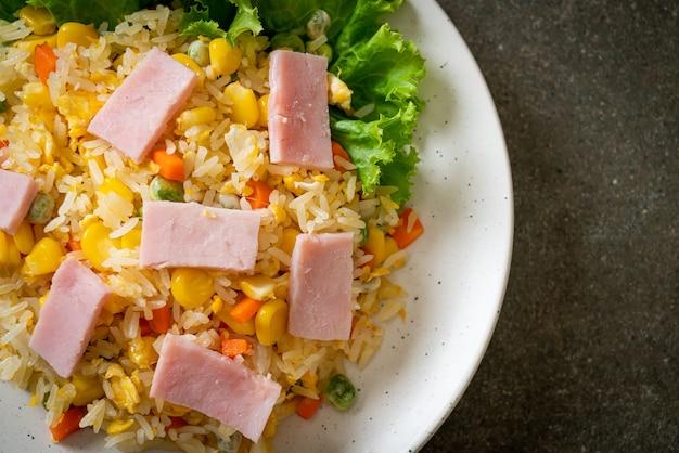Domowy smażony ryż z szynką i warzywami mieszanymi (marchew, groszek szparagowy, marchewka)