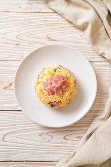 Domowy smażony ryż z szynką na talerzu