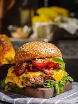 Domowy soczysty burger z wołowiną, bekonem, serem i bułgarską papryką