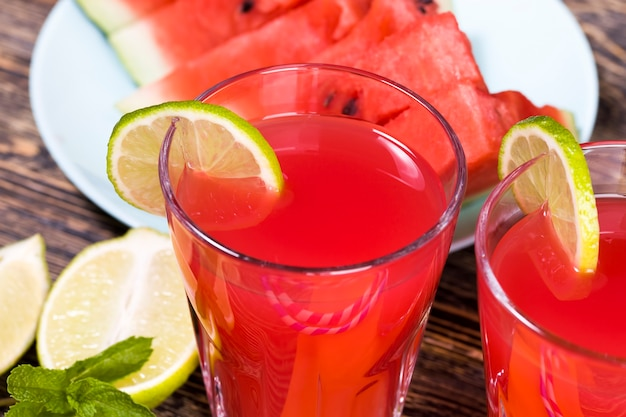 Domowy sok z arbuza robiony latem