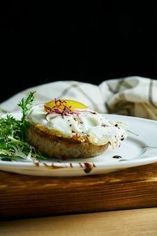 Domowy stek wołowy z jajecznicą na śniadanie. widok. smaczne jedzenie na lunch.
