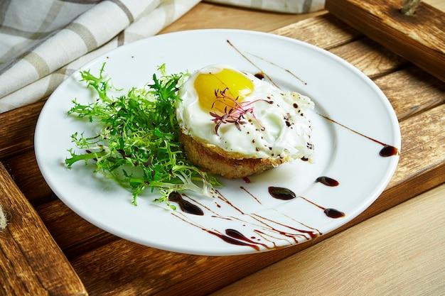 Domowy stek wołowy z jajecznicą na śniadanie. zamknąć widok. smaczne jedzenie na lunch.