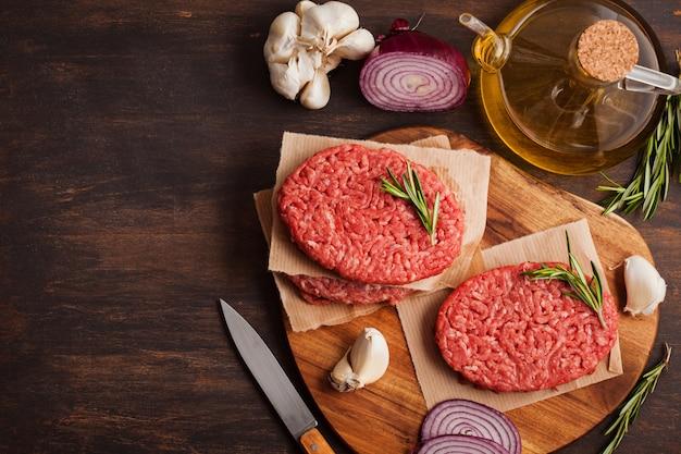 Domowy surowy organiczny stek mielonego mięsa wołowego
