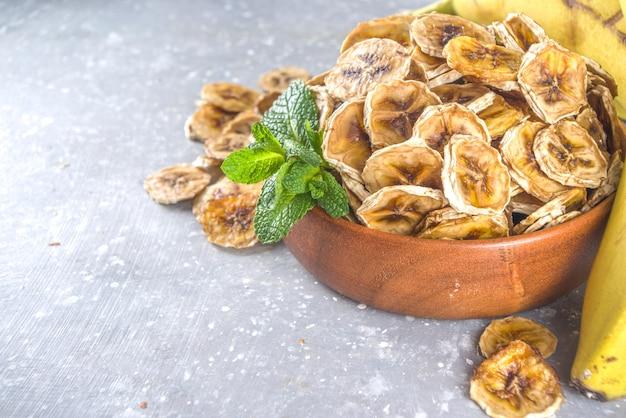 Domowy suszony banan, ekologiczne chipsy bananowe w drewnianej misce