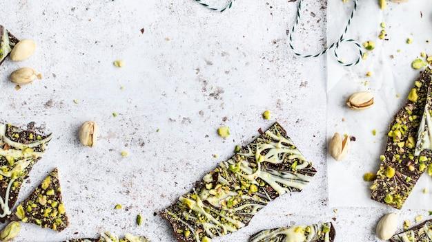Domowy świeży baton czekoladowy pistacjowy w tle
