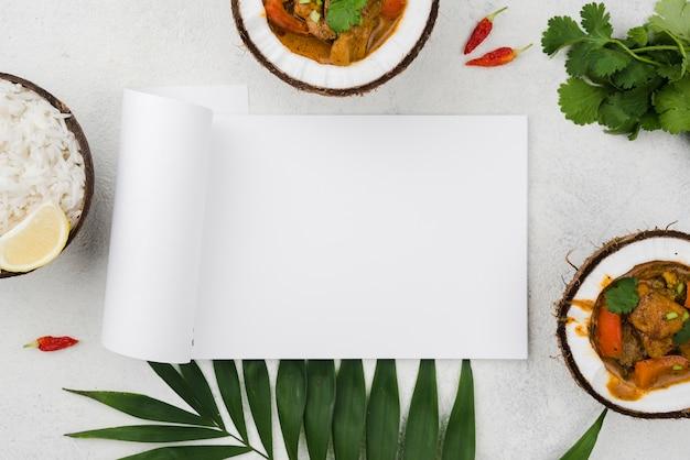 Domowy świeży gulasz w talerzach kokosowych