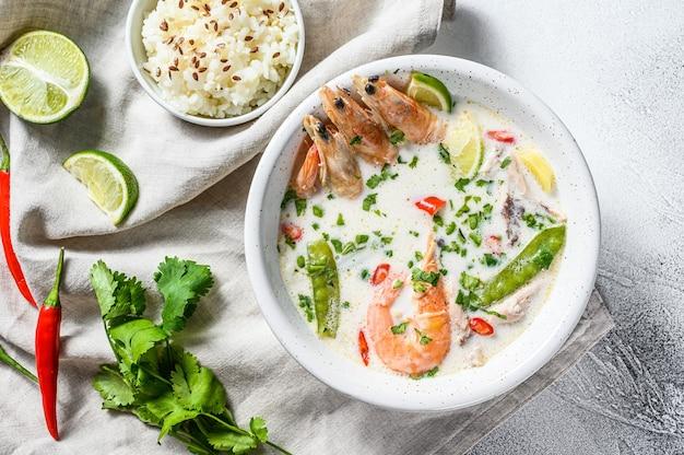 Domowy tom kha gai. kokosowa zupa mleczna w misce. tajskie jedzenie