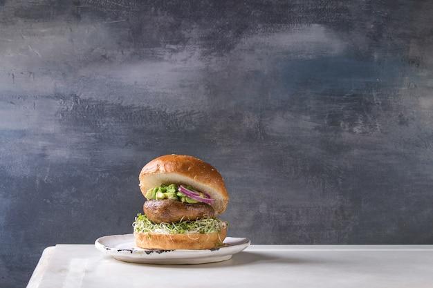 Domowy wegański burger