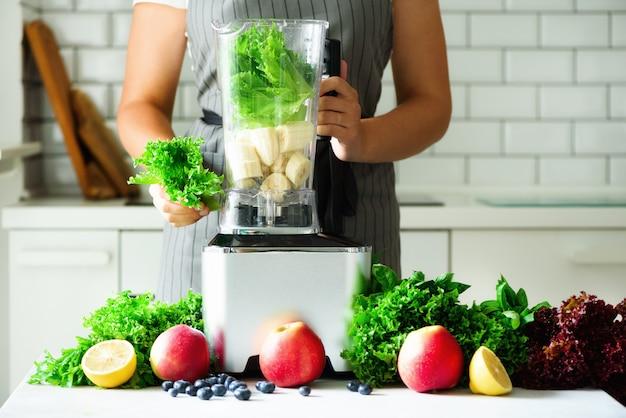 Domowy zdrowy zielony smoothie.
