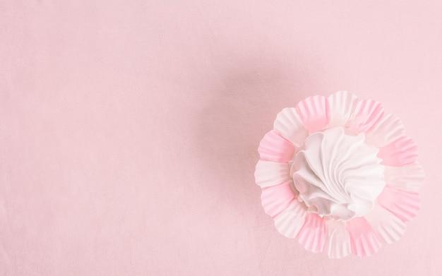 Domowy zefir lub ptasie mleczko na różowym tle