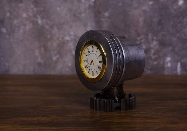Domowy zegar w stylu loftu wykonany z kosza sprzęgła tłokowego na części samochodowe