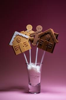Domy i ludzie z czarnej i mlecznej czekolady na patyku koncepcja czarnej materii życia