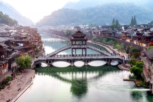Domy ludowe wzdłuż rzeki w starożytnym mieście phoenix, hunan