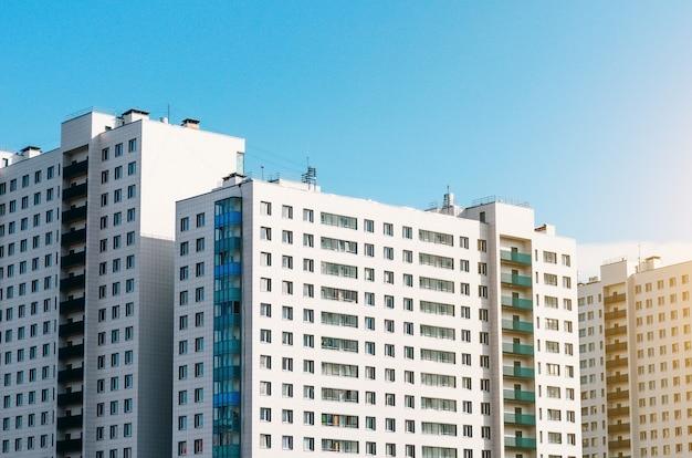 Domy mieszkalne i identyczne balkony i okna