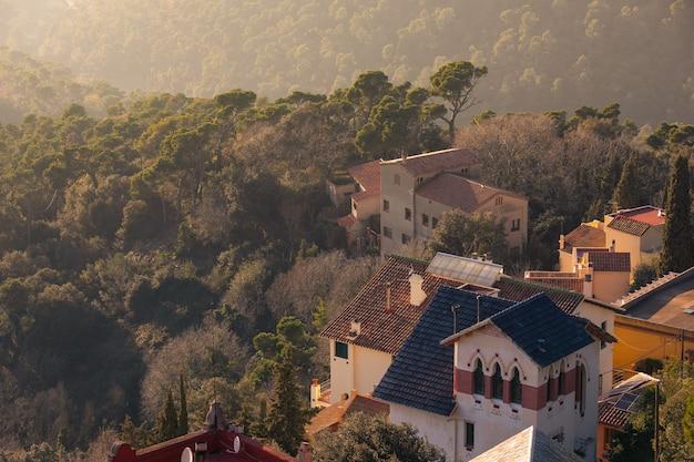 Domy na szczycie góry tibidabo w paśmie górskim collserola obok barcelony, w catalogne