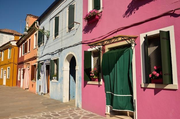 Domy na wyspie burano, wenecja, włochy. wyspa jest popularną atrakcją turystyczną ze względu na malowniczą architekturę