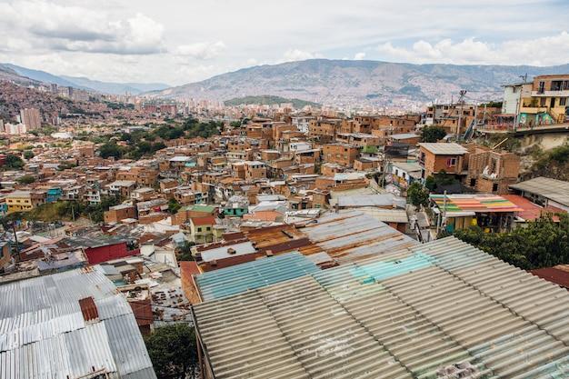 Domy na wzgórzach comuna w medellin, columbia