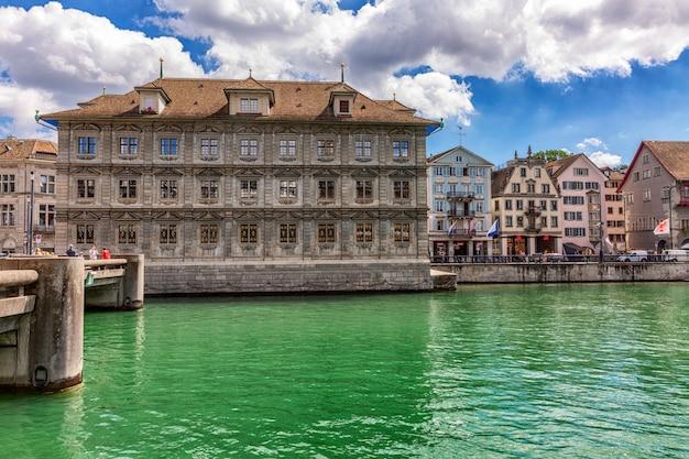 Domy nad jeziorem w starym europejskim mieście.