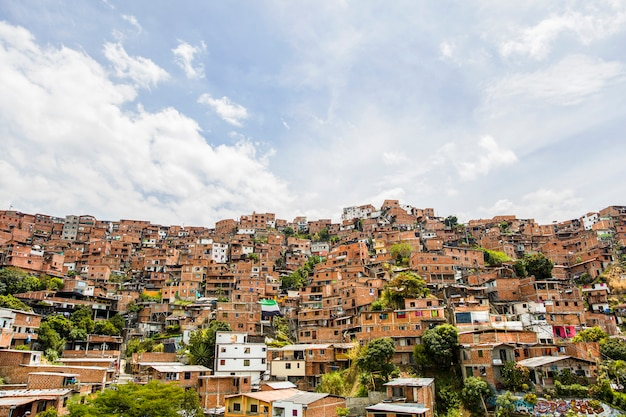 Domy przy miastem medellin w antioquia, kolumbia