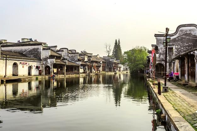 Domy ulice wiejskiej tradycyjnej wody kamień