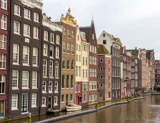Domy w dzielnicy damrak w amsterdamie