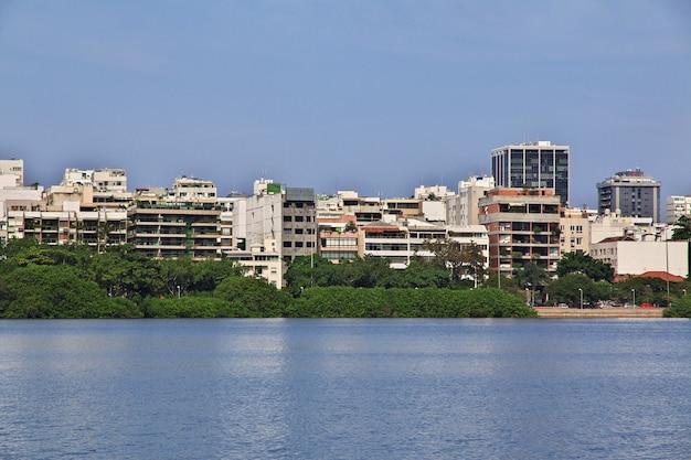 Domy w lagunie rodrigo de freitas, rio de janeiro, brazylia